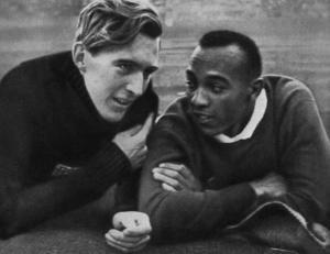 L'athlète allemand Lutz Long et Jesse Owens en 1936.
